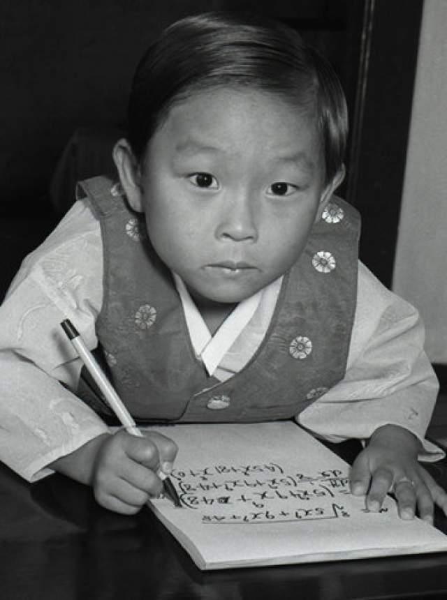 Ким Унг-Йонг Кореец Ким Унг Йонг родился в 1962 году, и по сей день его имя вписано в книгу рекордов Гиннеса как имя самого умного из ныне живущих, ведь его IQ равен 210 пунктам.