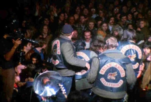 """Концерт был бесплатным, из-за чего на него пришло намного больше зрителей, чем ожидалось. """"Роллинги"""" не придумали ничего лучше, чем нанять в качестве охраны ребят из не самого миролюбивого в мире байкерского клуба """" Ангелы Ада """"."""