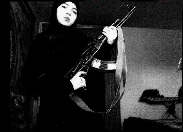 """Через несколько дней после теракта Федеральный оперативный штаб Национального антитеррористического комитета сообщил, что смертницей, которая привела в действие взрывное устройство на станции """"Парк культуры"""", была Дженнет Абдурахманова (Абдулаева) 1992 года рождения."""