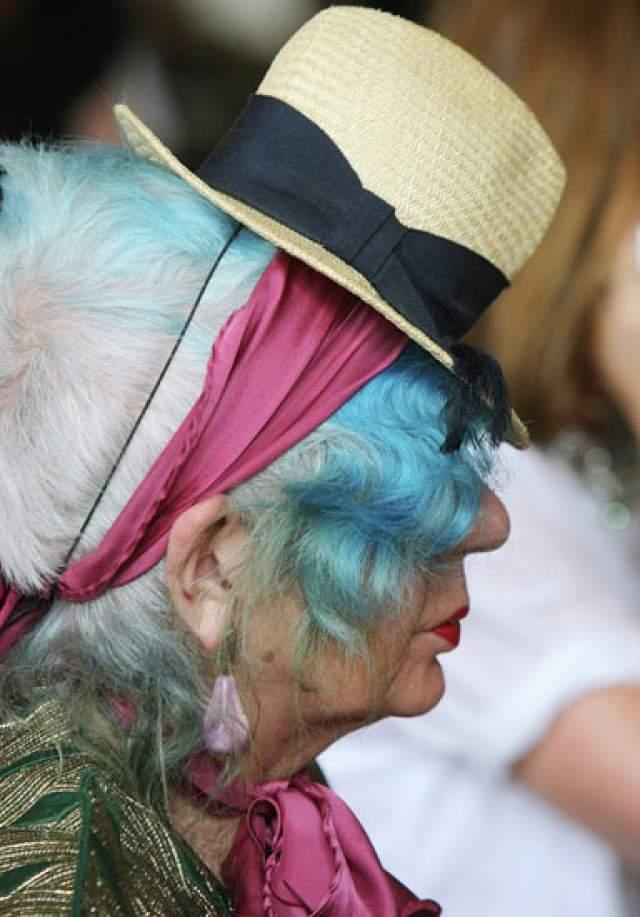 Голубые локоны, губы-сербечком, обилие модных лейблов и взрыв ярких красок - после такого описания даже в словесной форме ее невозможно не узнать.
