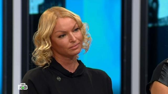 """Очередной скандал произошел во время съемок передачи """"Зеркало для героя"""", ведущая которой Оксана Пушкина являлась хорошей знакомой Анастасии."""