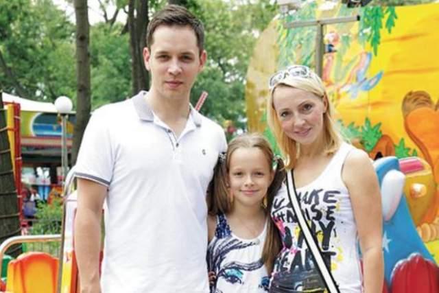 """С Еленой Венгржиновской, ставшей впоследствии супругой Асташенка, знакомство состоялось в 2002 году. Она была директором """"Корней"""". Елена старше молодого человека на 13 лет. В 2004 году они поженились."""