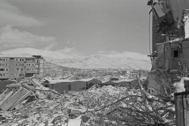 В общей сложности в Гюмри и Спитаке более 95% строений сравнялось с землей.