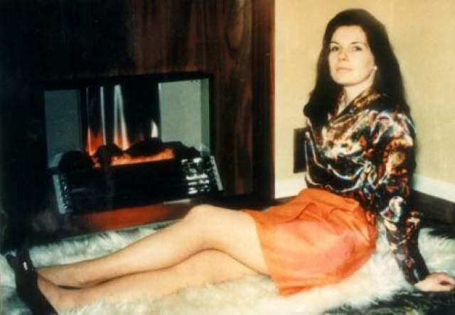 Няня его троих детей Сандра Риветт была найдена в луже крови в подвале дома лорда Лукана.