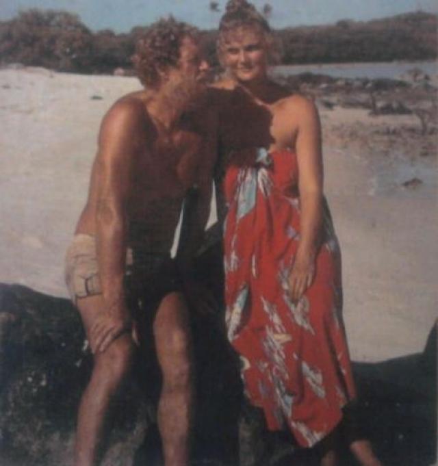 В начале 1980-х немолодой британский журналист Джеральд Кингслэнд решил провести социальный эксперимент и прожить год на тропическом острове вдалеке от цивилизации. В попытках найти компаньона он разместил в журнале Time Out объявление, на которое откликнулась юная Люси Ирвин .
