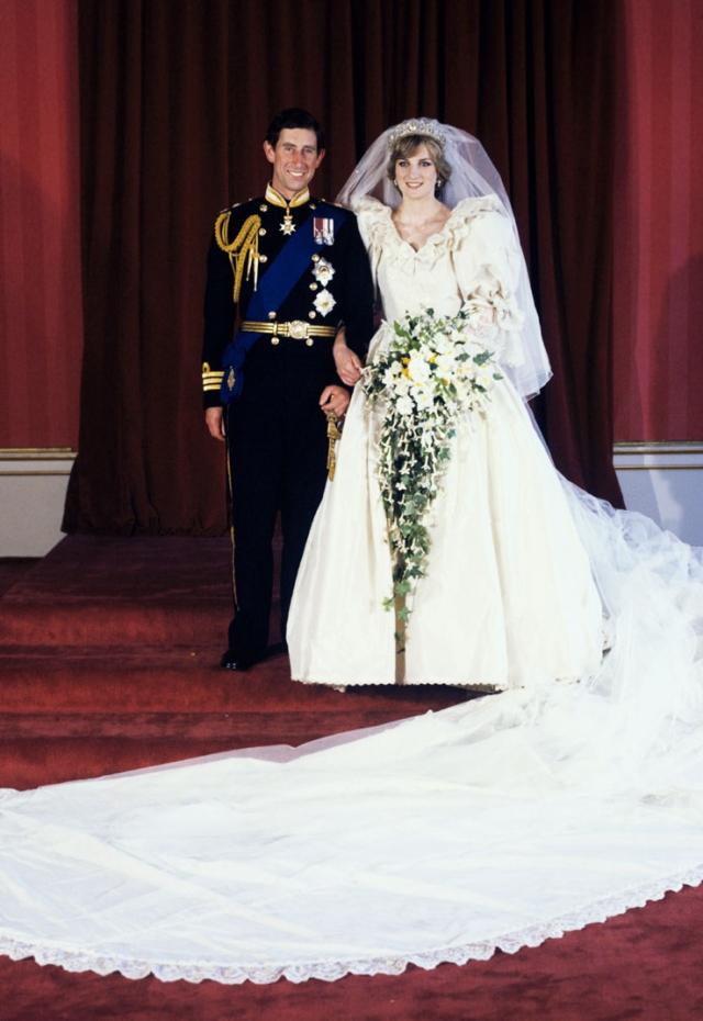 Для создания сказочного наряда дизайнерам Элизабет и Дэвиду Эммануэль потребовалось более сорока метров шелка. Корсаж и пышная юбка были отделаны старинным английским кружевом.