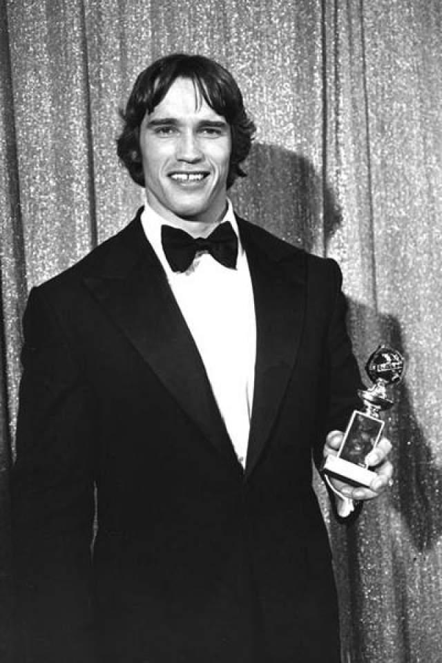 29 января 1977 года: Арнольд Шварцнеггер позирует с Золотым Глобусом, который он получил в категории «лучший актерский дебют» за фильм «Оставайся голодным».