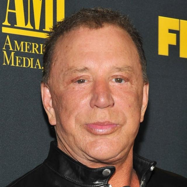 Микки Рурк. Актер начал терять шевелюру одновременно с увлечением пластическими операциями.