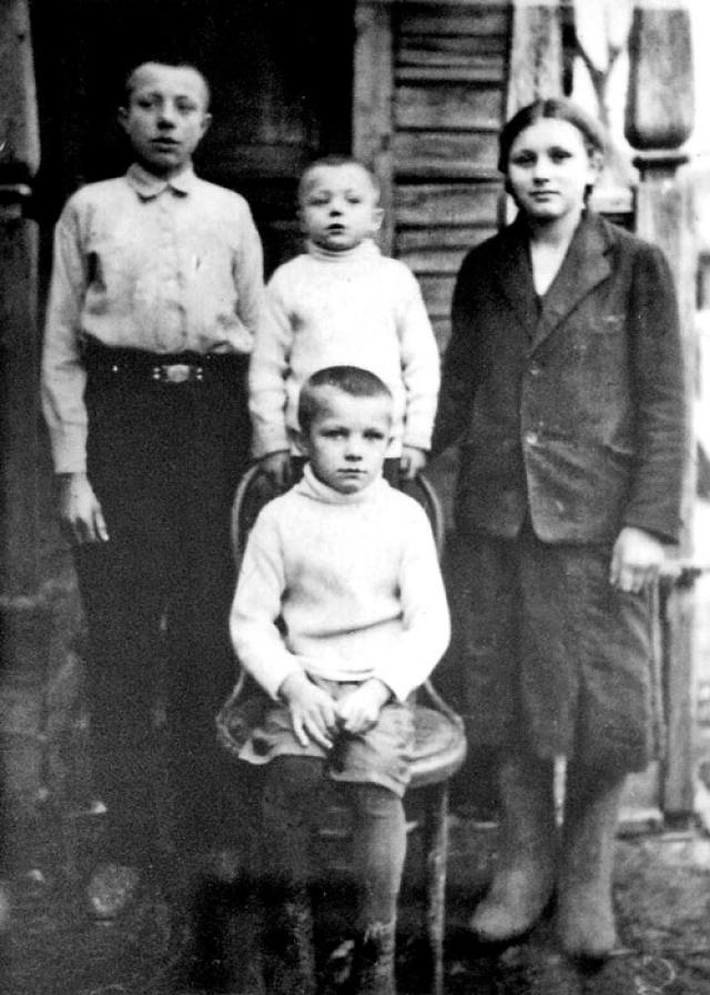 По происхождению будущий космонавт был выходцем из крестьян: его отец, Алексей Иванович Гагарин работал плотником, мать, Анна Тимофеевна Матвеева - на молочнотоварной ферме. В семье Гагариных было три сына и дочь. Юрий был третий по старшинству.