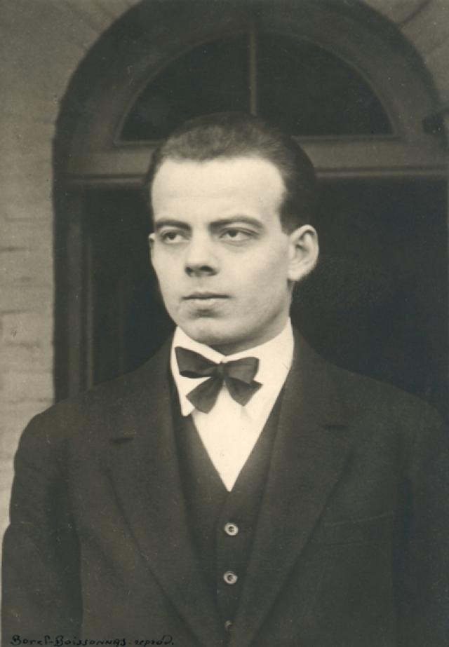 """Антуан де Сент-Экзюпери. Будущий автор """"Маленького принца"""" родился 29 июня 1900 года в семье потомственного дворянина - страхового инспектора. В 4 года скончался его отец, поэтому мать воспитывала детей одна."""