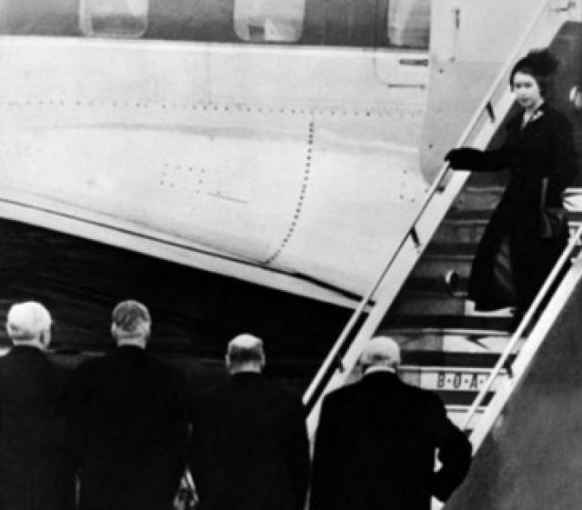 Она стала королевой в Кении Во время своего визита в Кению, 6 февраля 1952 года принцесса получила скорбную новость о кончине своего отца. В тот момент, когда король Георг испустил дух, новая королева Великобритании находилась в воздухе, на обзорной площадке, рассматривая крону фигового дерева. На фото запечатлен драматический момент возвращения осиротевшей Елизаветы на родную землю уже в качестве новой королевы Британии.