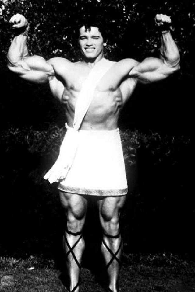 1970 год: Арнольд впервые снялся в кино, сыграв в малобюджетном фильме «Геркулес в Нью-Йорке - актёр обозначен в титрах, как Арнольд Стронг (сильный). Впоследствии актёр называет участие в этой картине самой нелюбиой за всю кинокарьеру колью.