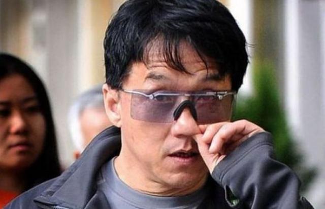 Джеки Чан тоже человек и тоже ковыряет в носу, причем прямо на улице.