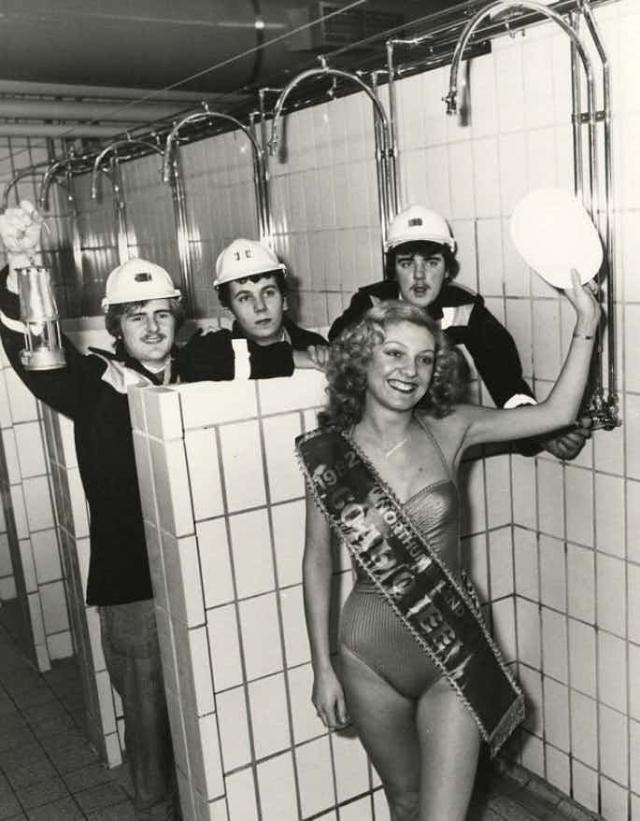 """На фото англичанка Дебора Тейт, которая в тяжелейшей борьбе и при огромном конкурсе всё же завоевала титул """"Мисс британский уголь"""" в 1982 году."""