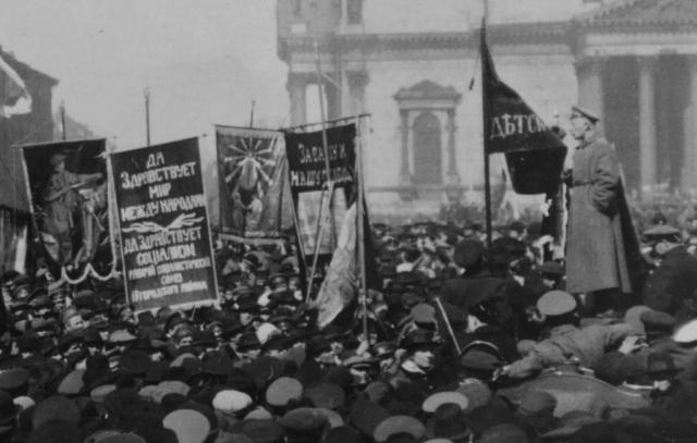 Строгая дисциплина сохранялась только в казачьих частях, которые были расквартированы в Петрограде.