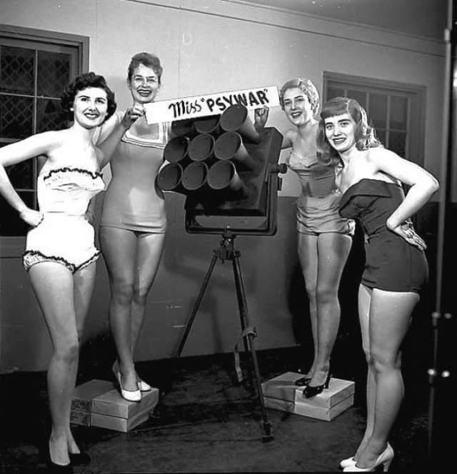 Мисс психологическая война - 1950 год. Историю этого снимка практически никто не знает. Лишь известно, что участниц в конкурсе было четыре и они сделали фото возле самодельных рупоров. Считается, что конкурс был проведен, чтобы показать, насколько нечестные и пропагандистские методы были использованы во время Второй мировой войны.