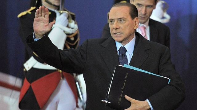 """В ответ ранее невозмутимый экс-премьер развернулся и громко выкрикнул: """"Вам должно быть стыдно, вы, бедные, тупые дураки!"""" . Многие СМИ поспешили сообщить, что Берлускони так назвал всех итальянцев."""