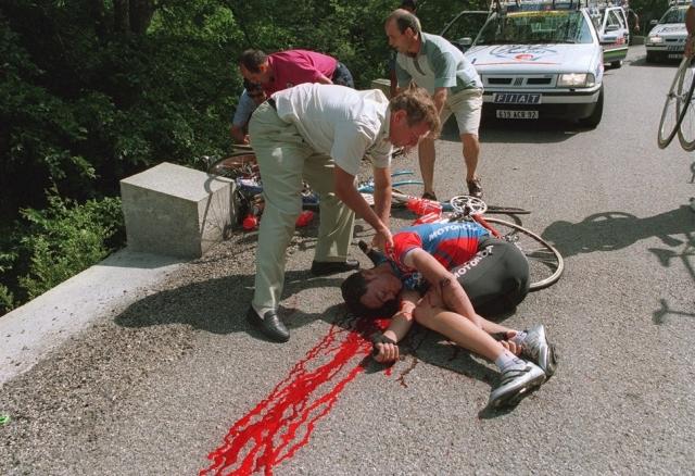 Гонщики на высокой скорости не смогли скоординировать свои движения, когда вошли в почти 90-градусный левый поворот. Большинство из них упали со своих велосипедов и получили травмы. Но больше всех пострадал именно Фабио Казартелли. Он получил серьезные травмы головы и скончался.