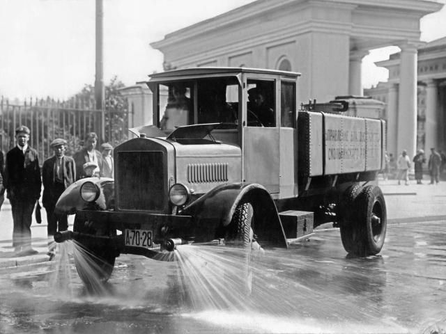 Ф-15 выпускался мощностью 35 л.с. и объемом 4,4 л. Годом позже в Ярославле были собраны первые отечественные 3-тонные грузовики, а в 1928 первые четырех- и пятитонники.