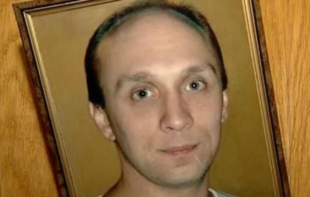 Оставшиеся в живых пассажиры рассказали, что Дьяконов действовал строго по инструкции. Он с силой выбил заклинившую дверь самолета и начал выпускать пассажиров, оставаясь в горящем салоне самолета, в двух шагах от спасительного выхода.