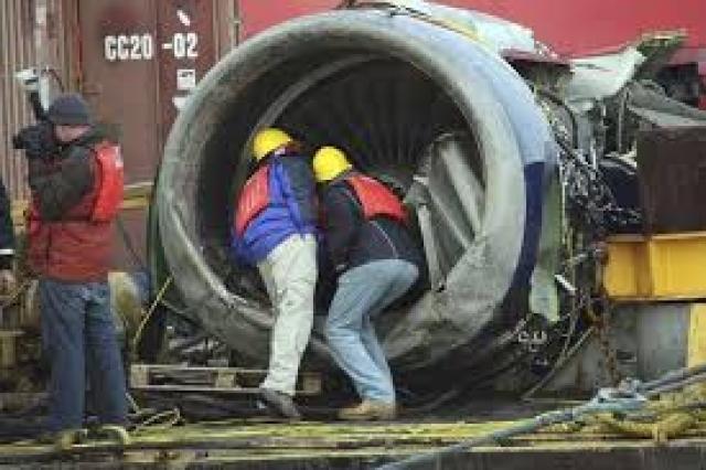 Левый двигатель отделился при приводнении и затонул, но 23 января он был поднят со дна реки и отправлен на экспертизу.