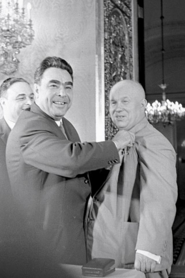 В 1950-х годах именно Хрущев помог Брежневу попасть в центральные органы партии, сделав его сначала руководителем ЦК партии в Молдавии, потом в Казахстане.