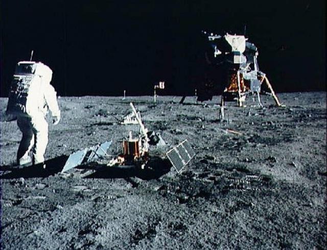 """В образцах лунного грунта, доставленного """"Луной-16"""", в ГЕОХИ им. Вернадского была сразу же обнаружена особая пленка из неокисленного железа на большей части поверхности песчинок реголита. В американских образцах 50 лучших лабораторий мира за два года исследований не смогли заметить подобную особенность. Возможно ли такое?"""