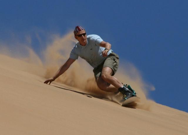 Сэндбординг. Езда на сноуборде по песчаным дюнам, барханам или насыпям в карьерах вместо снежных гор.