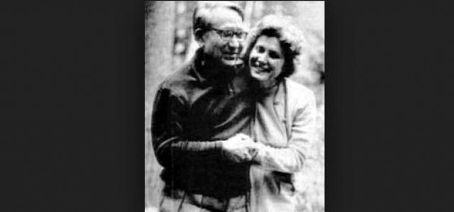 В 1966 году Светлана приехала в Индию, сопровождая прах Браджеша Сингха, с которым она состояла в фактических брачных отношениях. Там она попросила советского посла позволить ей остаться в Индии, но он настаивал на возвращении в Москву.
