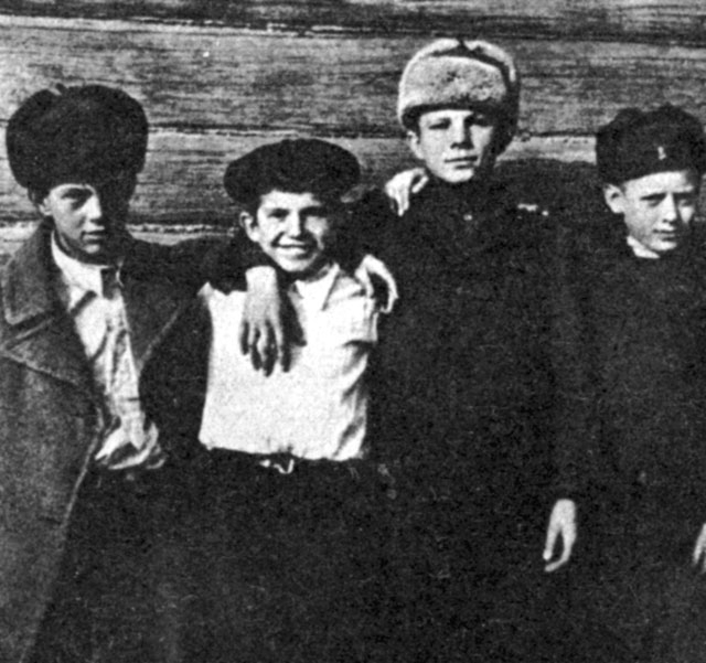Отца избивали и заставляли работать, а старшего брата Валентина и сестру Зою угнали в Германию. Юра видел, как матери бежали за машиной, которая увозила их детей, а немцы наотмашь отгоняли их прикладами. В дальнейшем Гагарин никогда не говорил о военных годах.