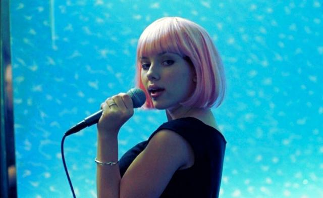 """Кроме этого девушка часто ходит с друзьями в караоке. Репертуар у нее простой - группа Fleetwood Mac и их хиты """"Second Hand News,"""" """"Dreams"""" and """"Landslide""""."""