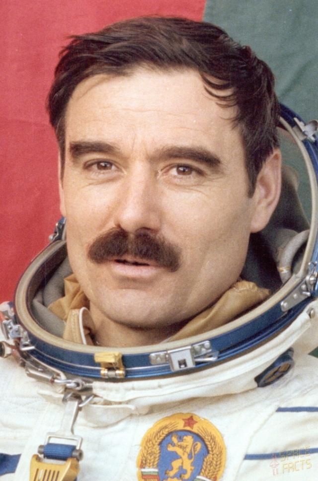 Многие фамилии космонавтов из дружественных стран, принимавших участие в полетах, казались советским властям неблагозвучными, поэтому их изменяли: болгарин Какалов (на фото) превратился в Иванова, а поляк Хермашевский - Гермашевским.