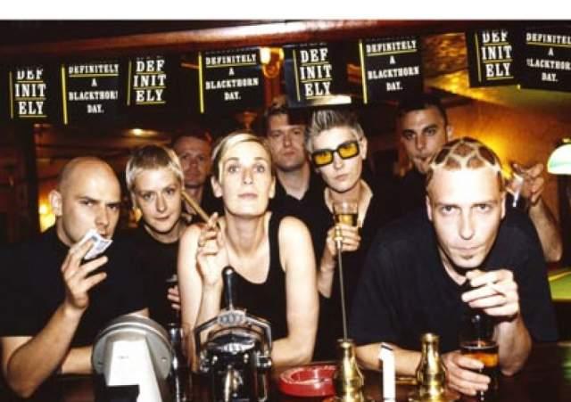 """Chumbawamba – """"Tubthumping"""", 1997 год. Британская группа с 30-летней историей начинала с анархо-панка, а затем начала эксперименты с другими жанрами."""