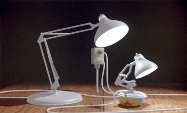 """Любопытно, что в качестве заставки программы взят эпизод ранней работы студии Pixar """"Luxo Junior"""", на который наложена музыка Евгения Крылатова из фильма """"Гостья из будущего"""". Эту сцену наверняка помнят многие представители поколения 80-х: мама и сын-лампы играют в мяч."""