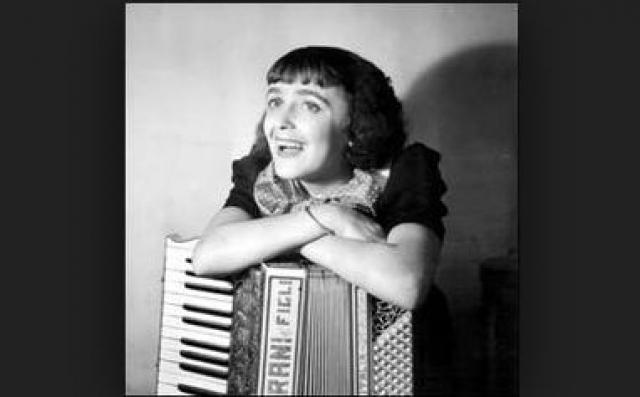 Когда никаких других надежд не оставалось, бабушка Гассьон и ее девицы повезли Эдит в Лизье к святой Терезе, куда ежегодно собираются тысячи паломников со всей Франции. 25 августа 1921 года Эдит прозрела. Ей было шесть лет. Первое, что она увидела - клавиши пианино.