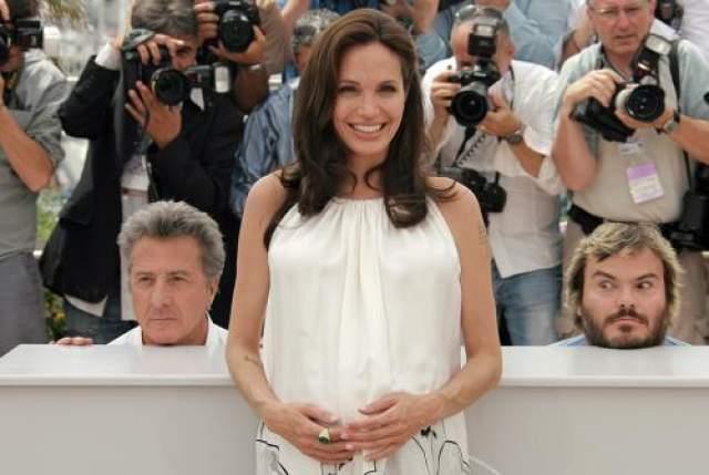 """Еще одна обладательница премии """"Оскар"""" Анджелина Джоли стала жертвой фотобомбы, подброшенной сразу двумя коллегами - Джастином Хоффманом и Джеком Блэком."""