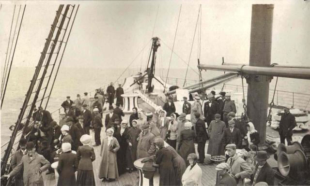 """В 11:50 судовой гудок известил о том, что """"Титаник"""" через десять минут отчалит. Борт лайнера покинули журналисты, провожающие и портовые чиновники."""
