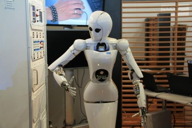17. Женщину-робота AILA создали в Немецком исследовательском центре искусственного интеллекта DFKI. Одной из ее особенностей являются сенсорные пальцы. Разработчики говорят, что главная цель состоит в том, чтобы адаптировать систему памяти робота к обучению и запоминанию человеческого поведения, чтобы обеспечить его практическое использование.
