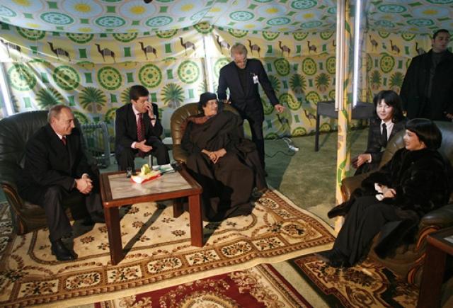 Считается, что в гостиницах Каддафи отказывался жить из соображений безопасности. В 2008 году во время визита ливийского лидера в Москву его шатёр был разбит на территории Кремля.