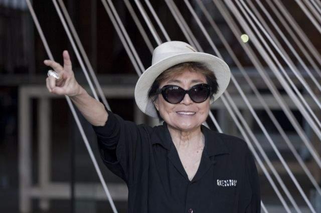 """Сегодня Йоко исполнилось 86. Она все еще проводит авангардные выставки, выпускает книги об умершем прославленном супруге, а обвинения в том, что все её акции связаны с именем Джона Леннона, опровергает. """"Мы просто любили друг друга. Все остальное — поп-история"""", — отвечает на вопросы о своем четвертом замужестве с великим музыкантом художница."""
