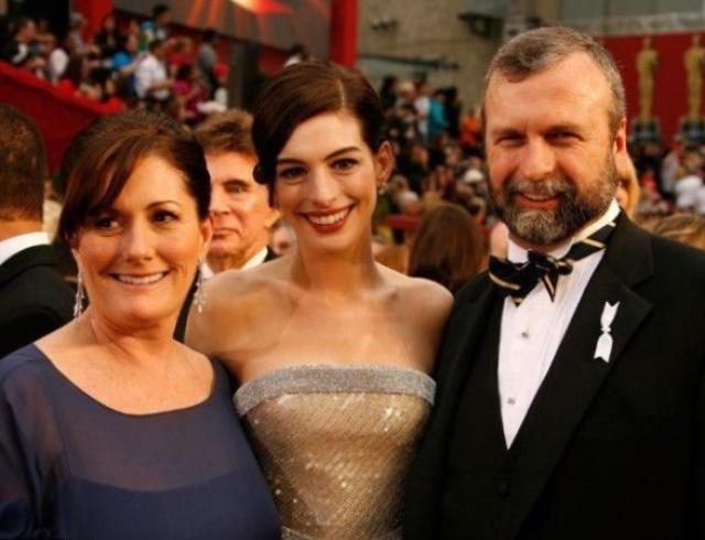 Родители Энн Хэтэуэй. Мама Кэтлин Энн подала пример своей дочери, играя в театре, а ее отец - юрист.