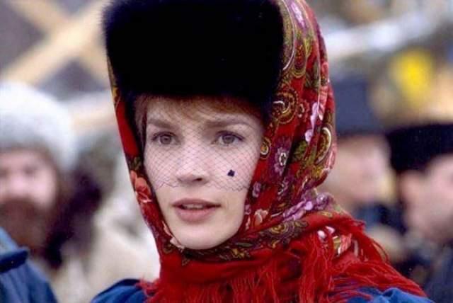 """На роль иностранца, диву дающегося широте русской души, была выбрана Джулия Ормонд, до этого игравшая у Питера Гринуэйя, Синди Поллака и Биллу Аугуста. Несмотря на экстремальную обстановку """"лихих"""" 90-х, актриса признавалась, что ей """"так понравилось работать с Никитой, что это превысило все неудобства""""."""