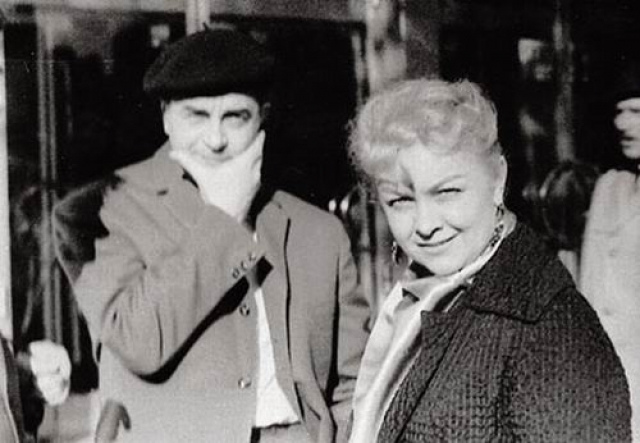 """В 1943 году на съемках картины """"Воздушный извозчик"""", сценарий которой писатель Валентин Катаев написал специально для нее, судьба свела Целиковскую с Михаилом Жаровым, который был старше своей жены на двадцать лет."""