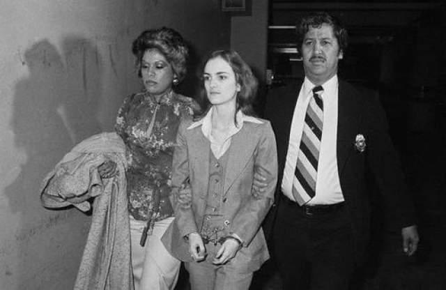 Ее арестовали в сентябре 1975 года вместе с четырьмя другими членами САО.