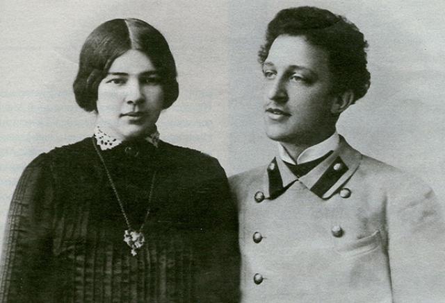 Еще одним поэтом с довольно странной интимной жизнью был Александр Блок. Его супругой стала дочь Менделеева Люба, но их отношения даже через полгода после свадьбы оставались платоническими.