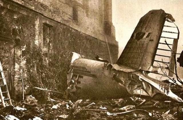 Самолет мгновенно потерял управление и на всей скорости врезался в землю. Все находившиеся на борту погибли...