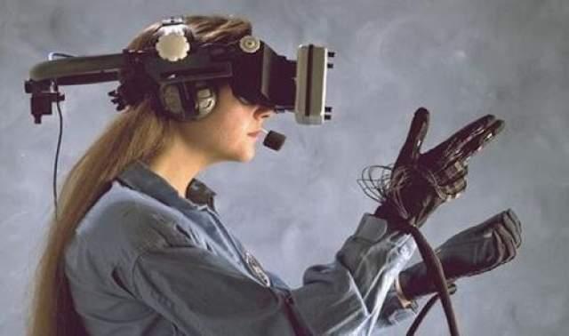 """Виртуальная реальность Пятью годами позже Кларк написал """"Город и звезды"""" , где упоминаются видеоигры в виртуальной реальности. В 1966 году, то есть всего 10 годами позже, был разработан первый авиасимулятор, воплотивший в жизнь эту догадку гениального фантаста."""