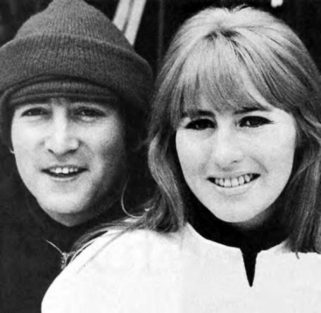 Джон Леннон и его будущая супруга Синтия познакомились ее на первом курсе художественного колледжа, а вскоре поженились.