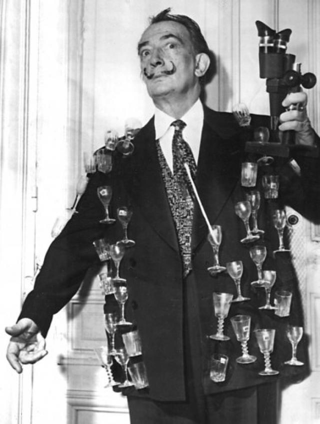 А однажды на выставку сюрреалистического искусства в Лондоне он прибыл в костюме водолаза. Также в его гардеробе был фрак с 88 бутылочками из-под ликера, в каждой из которых была мертвая муха.