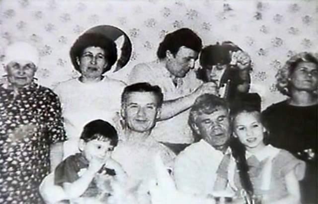 Только у Людмилы все хорошо. Она вычеркнула отца из своей жизни много десятков лет назад. Как-то раз ее сын гостил у Чикатило, и маньяк начал приставать к мальчику. Тот рассказал бабушке и маме, с тех пор Людмила дома не показывалась.